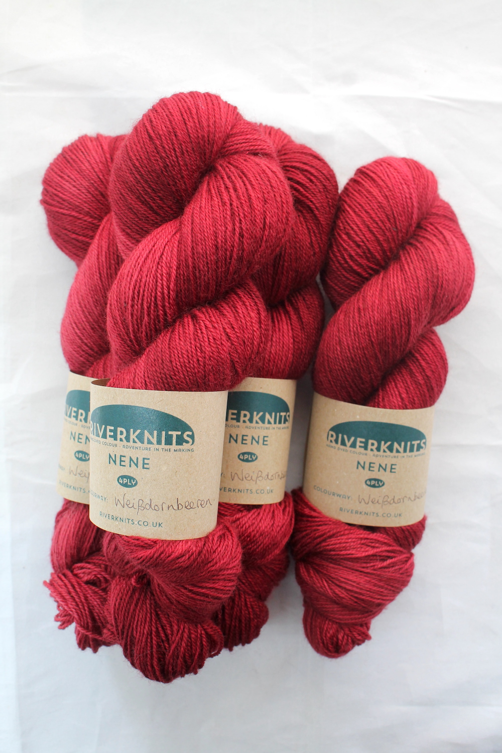 Weißdornbeeren skeins dyed in a deep rich red